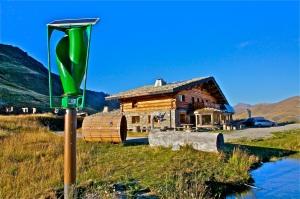 Le gîte de Sarenne. Une BAD expérimentale qui combine les 3 sources d'énergie électrique propre.